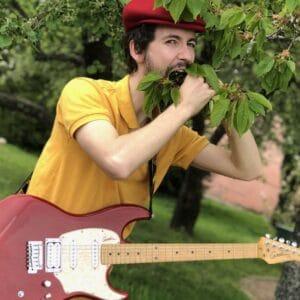 Olivier Schlosser, guitariste de Truelles, est en contemplation devant une branche